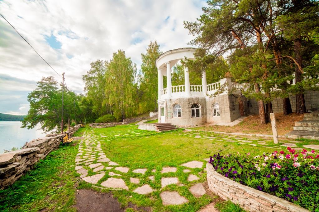 Для повышения скорости обслуживания и качества сервиса гостей курорта Челябинской области Утес было внедрено комплексное программное обеспечение из трех продуктов от UCS. Проект в сжатый срок реализован Челябинским филиалом компании ДатаКрат